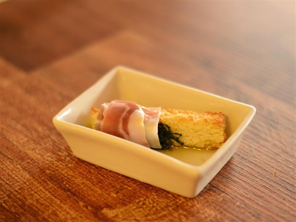 Tiritas de pão italiano com pesto de rúcula e presunto Di Parma