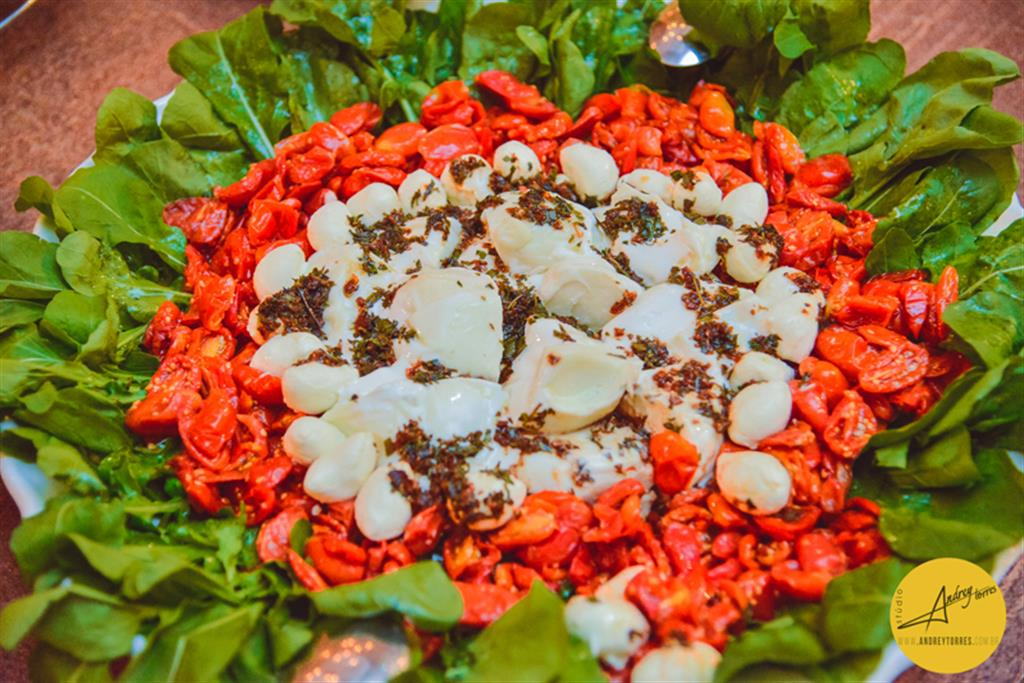 Burrata com tomate seco e rucula